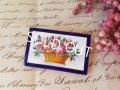 エナメル花かご柄ブローチ