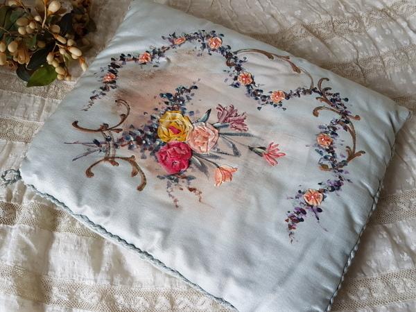 画像1: リボン刺繍シルクハンキーケース